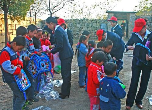 卫辉市电业局服务队为山区留守儿童发放书包等学习用品