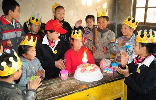 青年志愿者为留守儿童李玉兰送上温暖的生日蛋糕