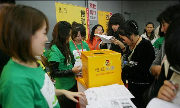 搜狐出国工作人员在国际教育展现场收集调查问卷