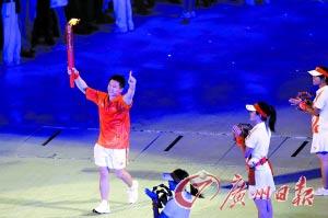 吊环王子陈一冰继吴国冲之后传递圣火。记者曹景荣摄