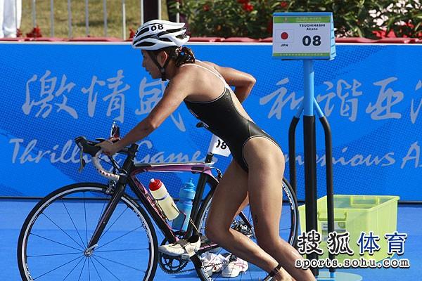 图文:铁人三项女子比赛开赛 推车就走