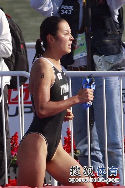 图文:铁人三项女子比赛开赛 日本选手在比赛中