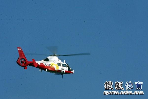 图文:铁人三项女子比赛开赛 空中直升机护航