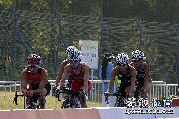 图文:铁人三项女子比赛开赛 自行车比赛中