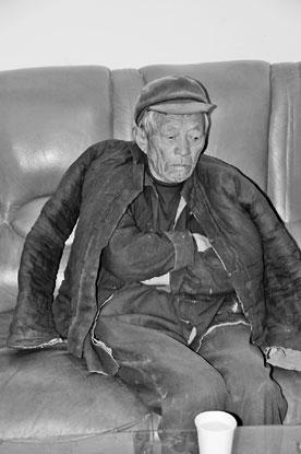 岁的张会全老人回忆被打一刻.新华社记者 张兴军 摄-郑州76岁菜农