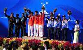图文:10米气步枪中国男团夺冠 前三名选手合影