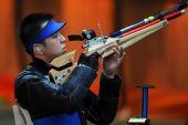 图文:10米气步枪中国男团夺冠 曹逸飞在比赛中