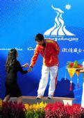 图文:10米气步枪中国男团夺冠 杨扬祝贺朱启南