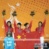 图文:女子4X100混合泳颁奖 手举鲜花致意