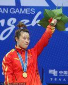 图文:女子48公斤级王明娟夺冠 挥手致意