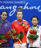 图文:女子48公斤级王明娟夺冠 冠亚季军合影