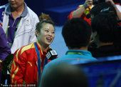图文:女子48公斤级王明娟夺冠 接受记者采访