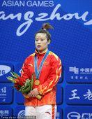 图文:女子48公斤级王明娟夺冠 颁奖仪式