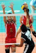 图文:中国男排胜巴基斯坦 崔建军比赛中拦网