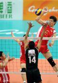 图文:中国男排胜巴基斯坦 梁春龙在比赛中扣球