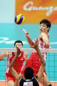 图文:中国男排胜巴基斯坦 梁春龙比赛中扣球