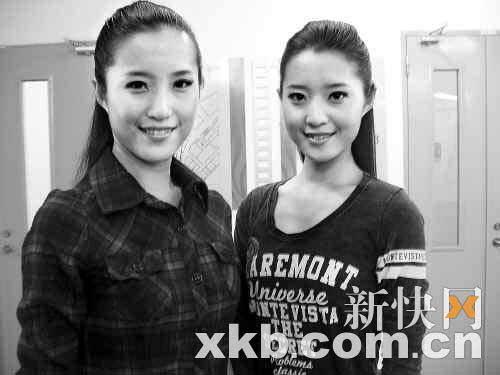 吴怡(左)、吴悦双胞胎姐妹都是亚运礼仪志愿者,同毕业于广东实验中学的。 新快报记者 李国辉/摄