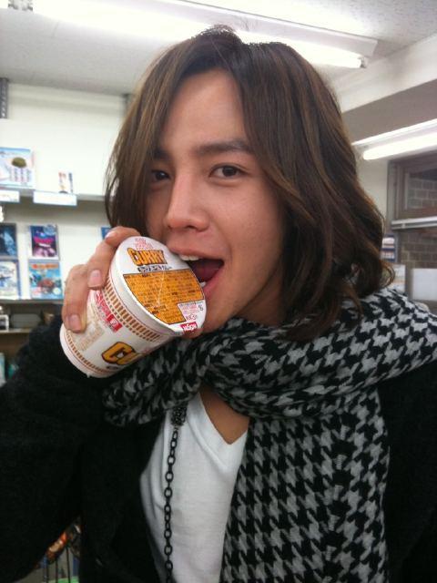 鬼马的张根硕到福冈后立马找自己喜欢吃的咖喱泡面