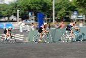 图文:铁人三项男子个人赛况 选手自行车竞速