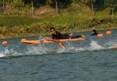 图文:铁人三项男子个人赛况 选手在游泳比赛中