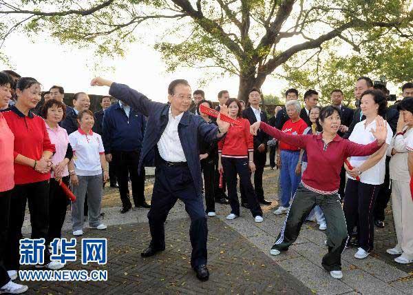11月14日,国务院总理温家宝来到澳门大炮台花园,同在这里晨练的市民亲切交流,一起练习太极拳并学练太极扇。