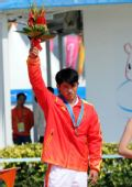 图文:激流回旋男子单人皮艇颁奖 陈芳佳获铜牌