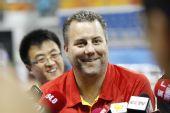图文:中国男篮公开训练 邓华德开心接受采访