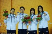 图文:4×100米自由泳接力颁奖 日本队亚军