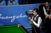 图文:女子斯诺克6红球香港夺冠 叶蕴妍在观察