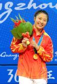 图文:李萍夺冠并打破世界纪录 笑容无比灿烂