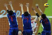 图文:亚运男排预赛第一轮 袁志比赛中扣球