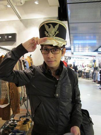 张智成在韩国为演唱会挑选服装