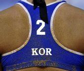 图文:广州亚运沙滩排球开赛 队员背后沾满沙粒