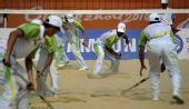 图文:广州亚运沙滩排球开赛 工作人员清理赛场