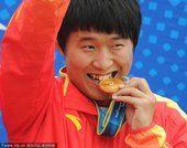 图文:男子25米手枪速射颁奖 李越宏嘴咬金牌