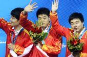图文:男子斯诺克团体颁奖仪式 中国三将挥手