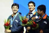 图文:斯诺克男团颁奖仪式进行 印度队员很开心