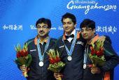 图文:斯诺克男团颁奖仪式进行 印度三队员合影