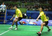 图文:羽球男团决赛中国VS韩国 傅海峰正手接球