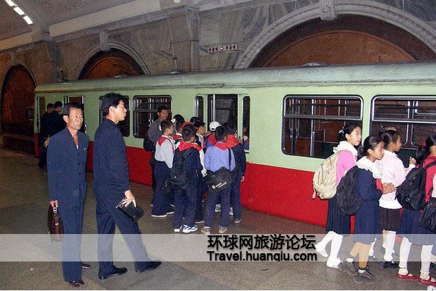 平壤地铁内准备搭乘地铁回家的学生图片