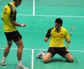 图文:亚运羽毛球男团比赛 中国队选手庆祝胜利