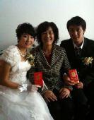 图文:绿城卡卡迎娶美娇娘 新婚夫妇与母亲合影