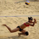 图文:薛晨张希战胜韩国选手 韩国选手飞身救球