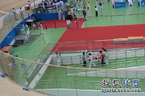 图文:女子记分赛撞车事故 中国选手被担架抬出