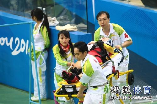 图文:女子记分赛撞车事故惨烈 护送伤员离场