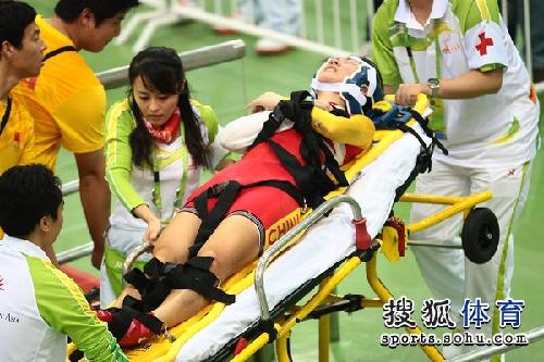 图文:女子记分赛撞车事故 中国选手神情痛苦