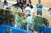 图文:女子记分赛撞车事故惨烈 中国队员被抬走
