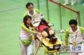 图文:女子记分赛撞车事故惨烈 伤员被抬走