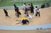 图文:女子记分赛撞车事故 受伤队员倒在地上