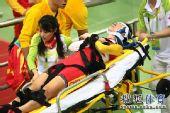 图文:女子记分赛撞车事故 伤员被固定在担架上